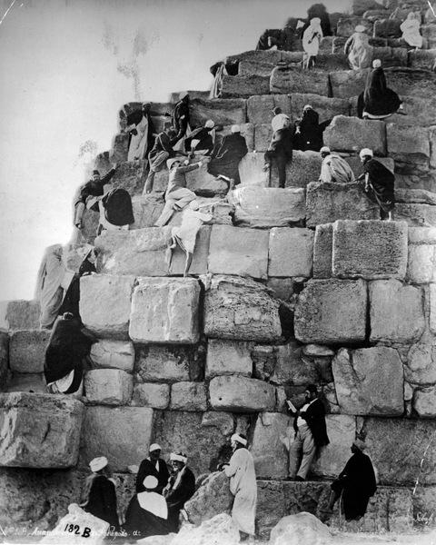 Около 1880 года. Туристы и египтяне карабкаются на пирамиду.