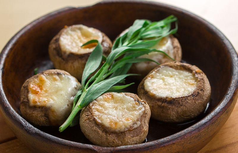 Соко кецзе (шампиньоны в глиняной посуде) Еще одно популярное и простое блюдо, которое традиционно г