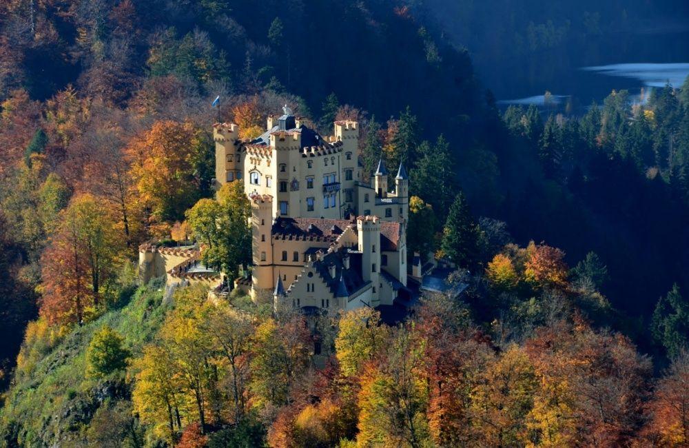 9. Замок Хоэншвангау, Германия Этот замок-крепость был построен рыцарями Швангау в XII веке и был ре