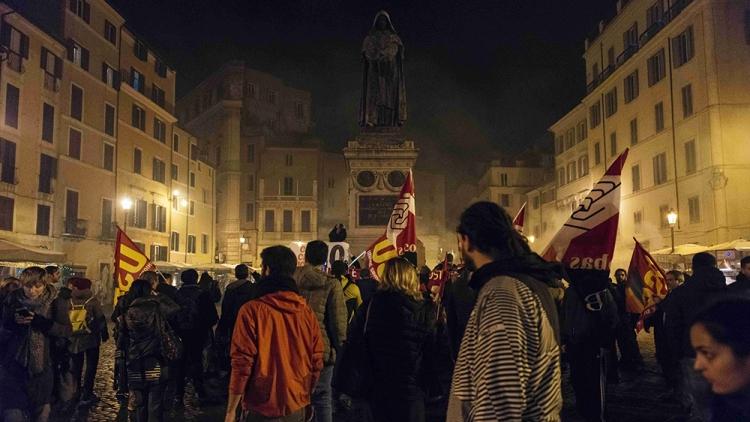 Италия, невзирая нареферендум, остается одним изведущих членов НАТО