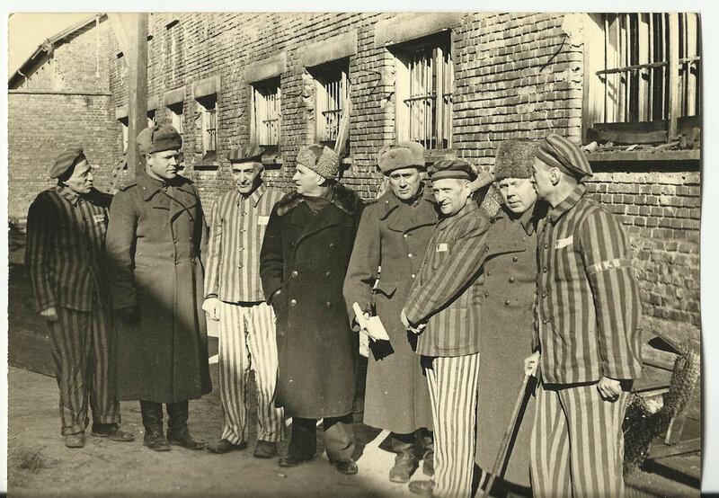 Группа советских офицеров и бывших узников концлагеря Освенцим (Аушвиц 1) у лагерного барака
