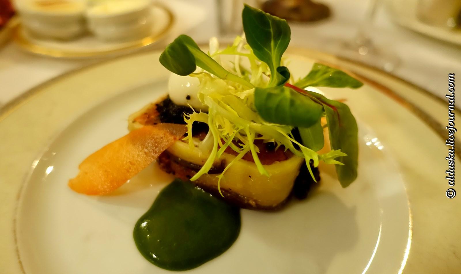 Террин из томатов и печеных баклажан с листьями салатов, подается с эмульсией из выдержанного сыра