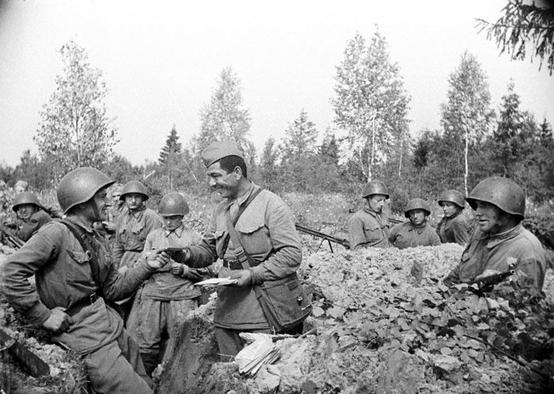Почт. Н-ской части раздает письма бойцам перед. линии. Зап. фр. 1942.jpg
