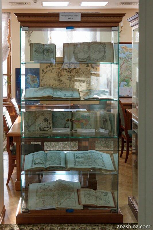Стенд со старинными картами, отдел картографических изданий