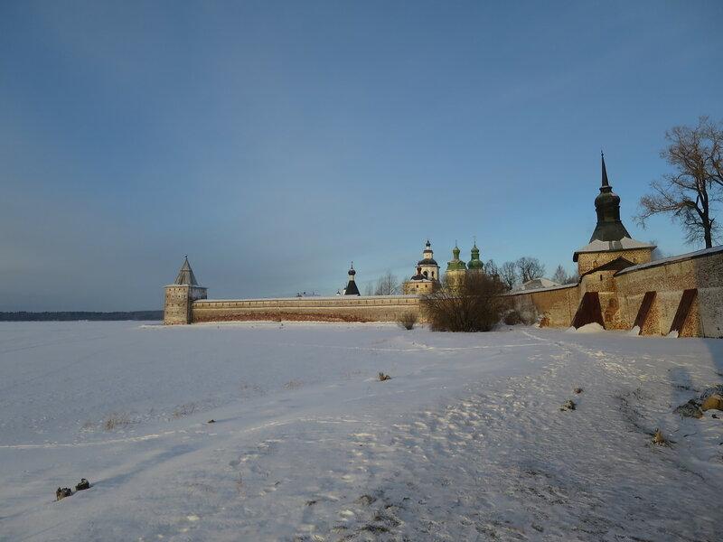 Кирилло-Белозерский монастырь. Изгиб северной стены. На дальнем плане Свиточная башня (11), ближе - Глухая башня (15)