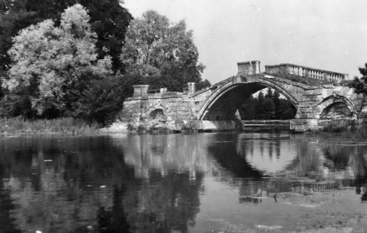 1952. Горбатый мост