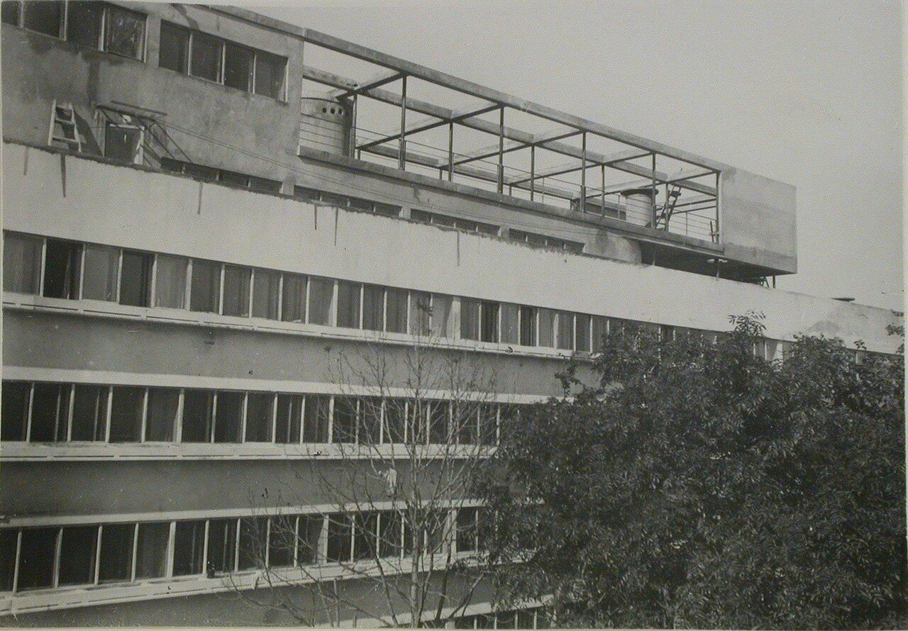 Фрагмент фасада здания и сада