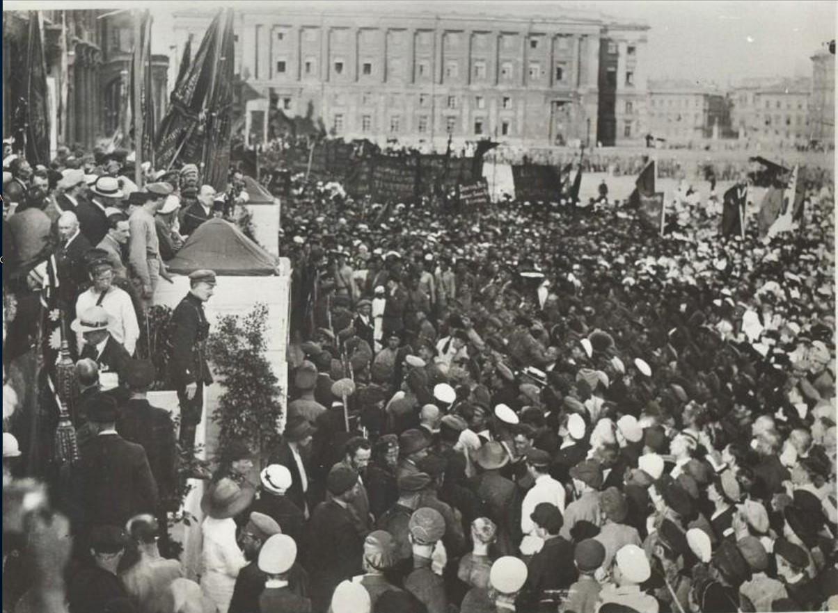 1920. Ленин произносит речь на митинге, посвященном закладке памятника Карлу Либкнехту и Розе Люксембург на пл. Урицкого