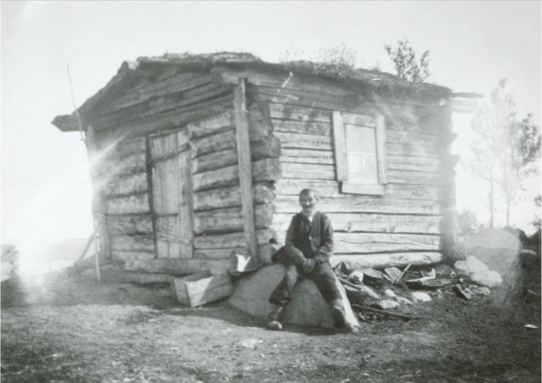 Небольшое здание из бревен
