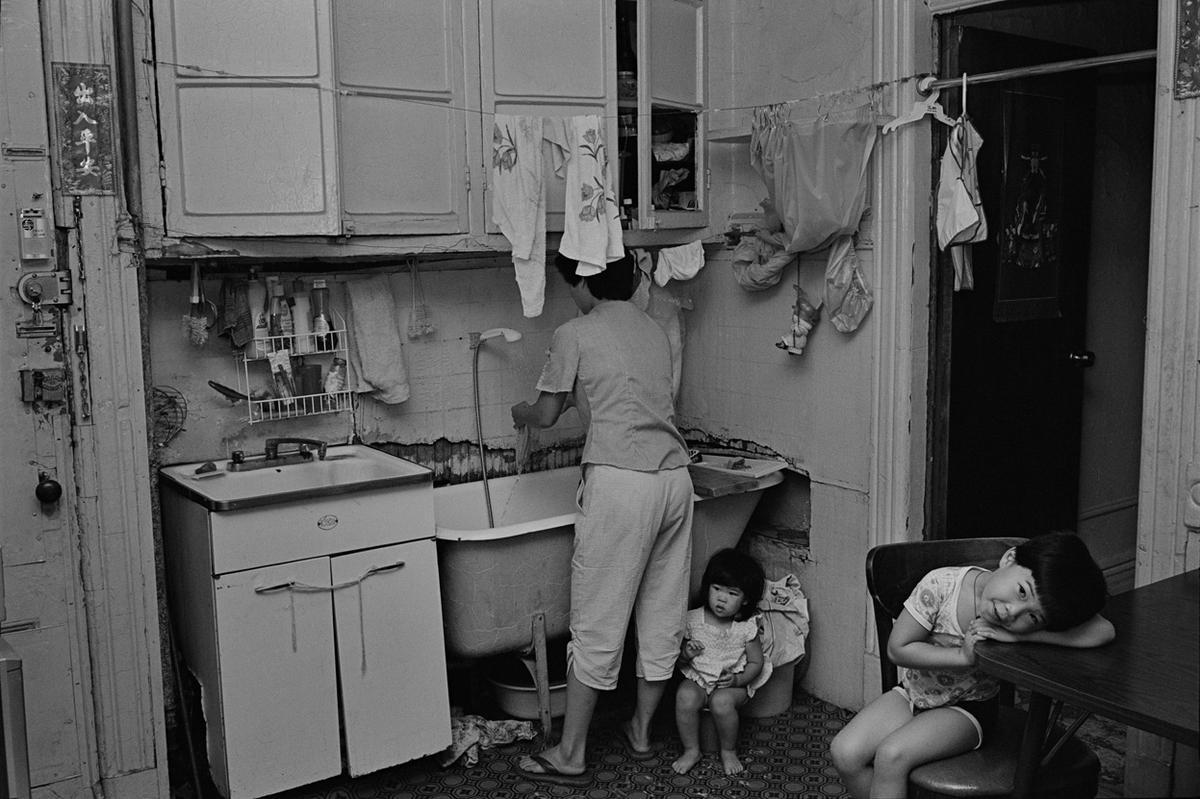 1982. Ребекка со своими детьми у себя на кухне