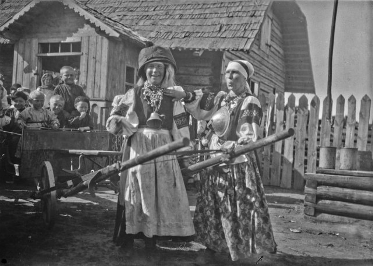 Две женщины на свадьбе изображают лошадь и всадника