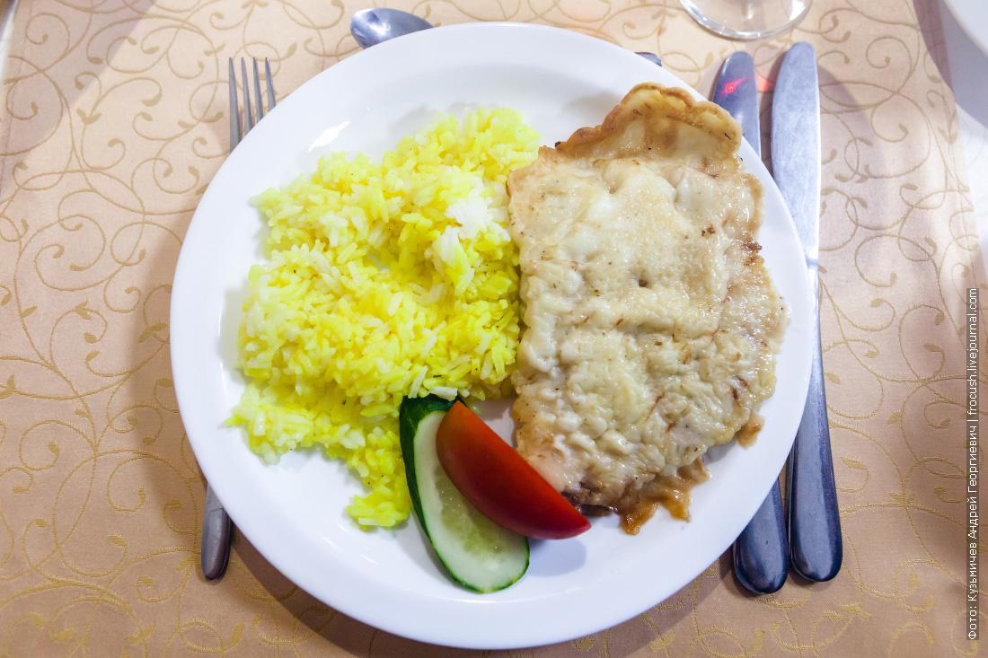 Свинина «Бризоль», рис «цветной», свежие овощи