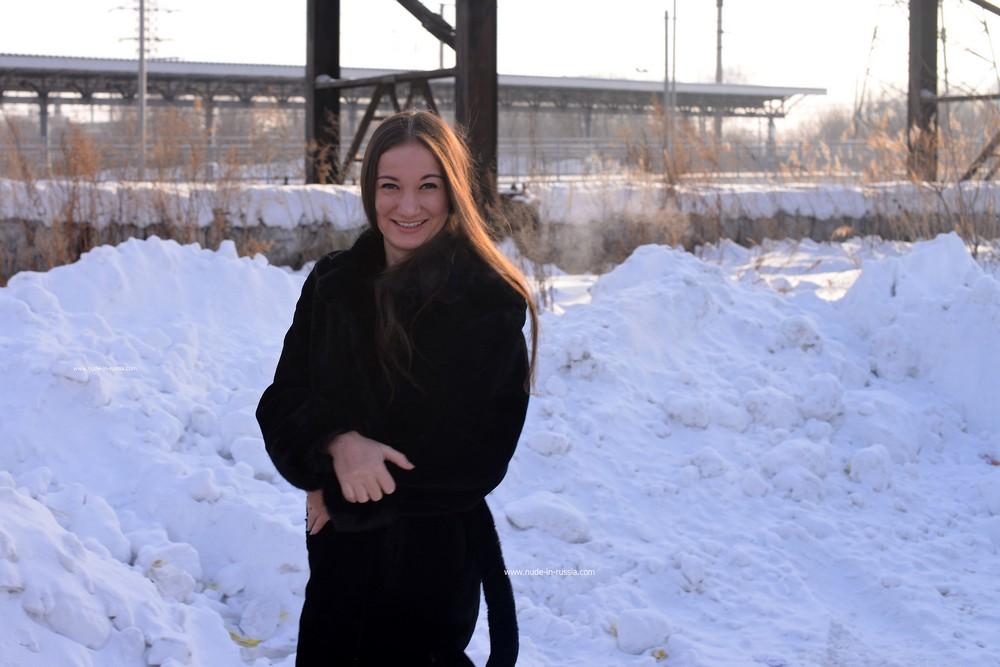 Голая Лиза зимой на ж/д вокзале