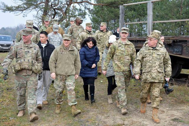 Главнокомандующий Объединенных Вооруженных сил НАТО в Европе Скапаротти посетил учения украинских десантников на Львовщине. ФОТОрепортаж