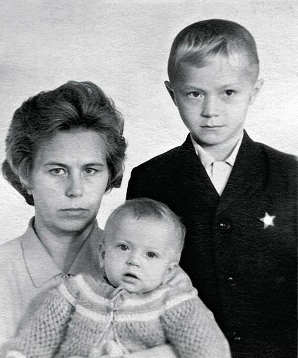 3. Андрей Панин с мамой и сестрой Ниной, 1972 год