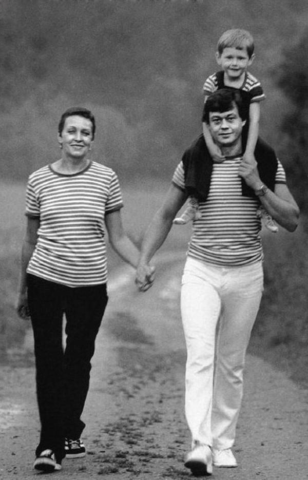 11. Николай Караченцов с женой Людмилой и сыном Андреем, 1983 год
