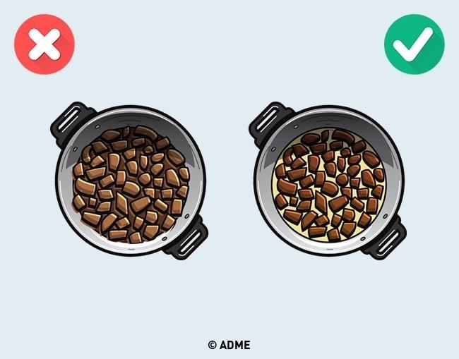 Распространенная ошибка класть слишком много водну сковородку. Если вместо сухого мяса выхотите по