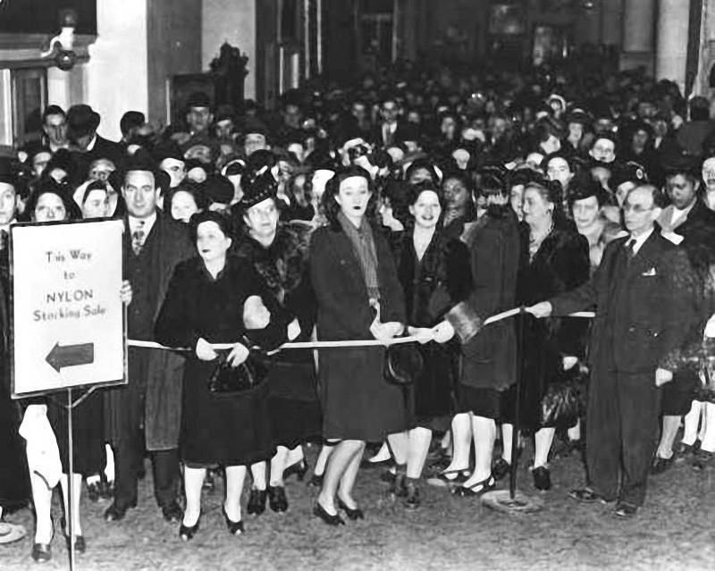 6. Национальные продажи чулок в Америке начались 15 мая 1940 года, спровоцировав гигантские очереди.