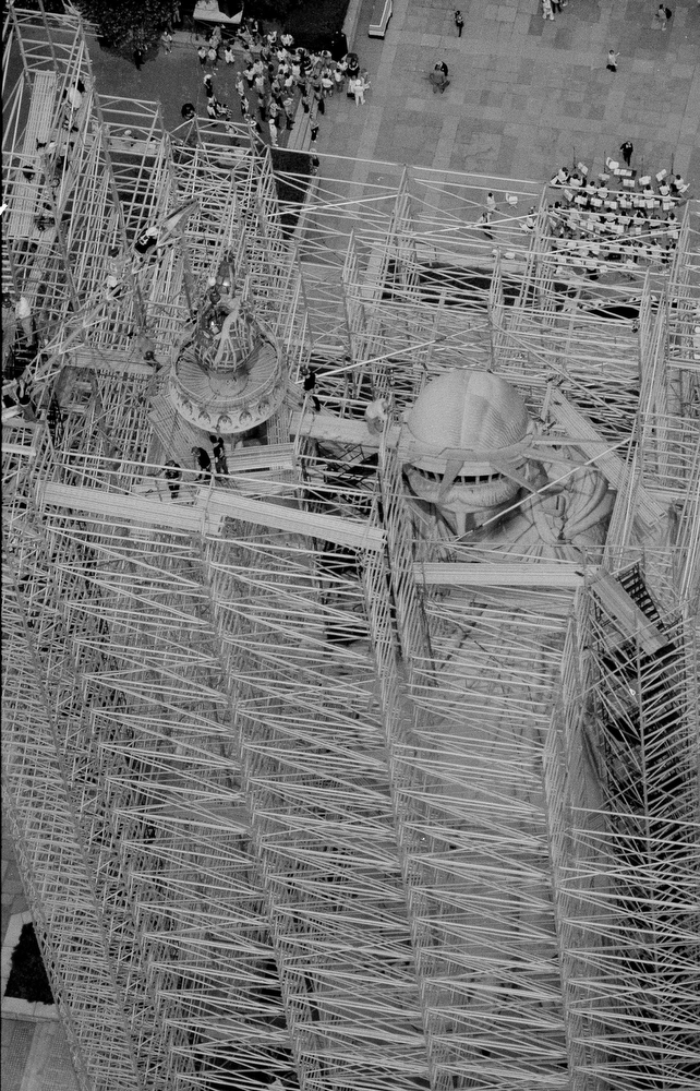 48. Статуя Свободы, закрытая лесами, 4 июля 1984 года. (AP Photo / Dave Pickoff)