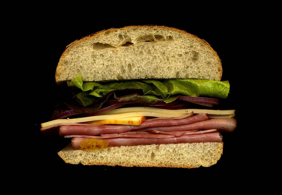29. Шварцвальдская ветчина, сыр мюнстер, красный лук, латук, горчица, хлеб.
