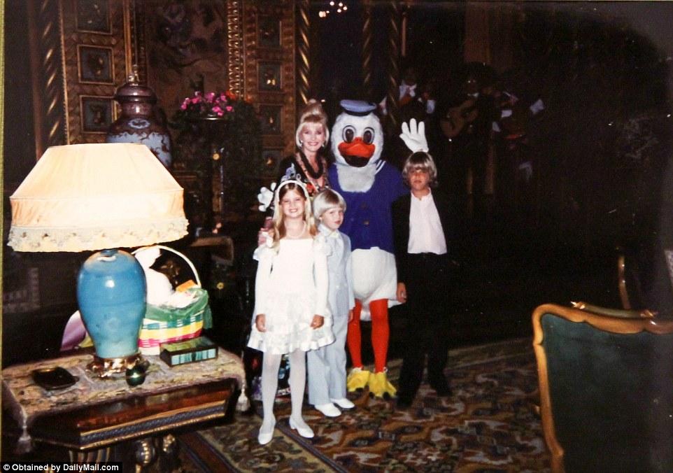 Ивана и дети Трампа с Дональдом Даком. В костюме — не Дональд Трамп.