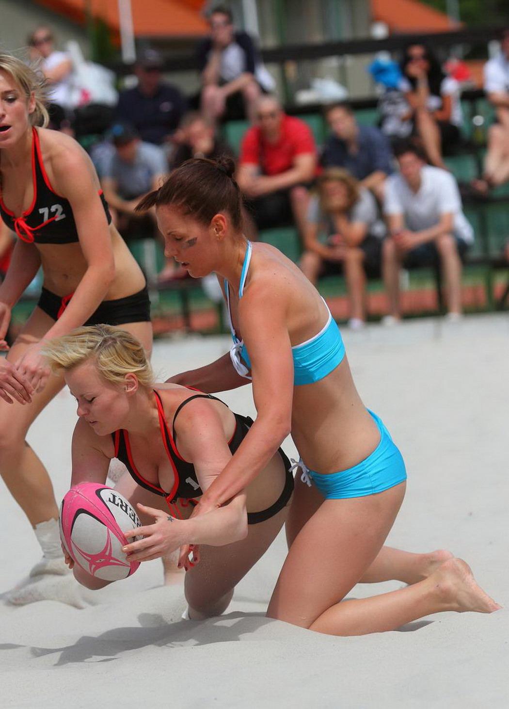 Сексуальный чемпионат по американскому футболу на пляже (67 фото)