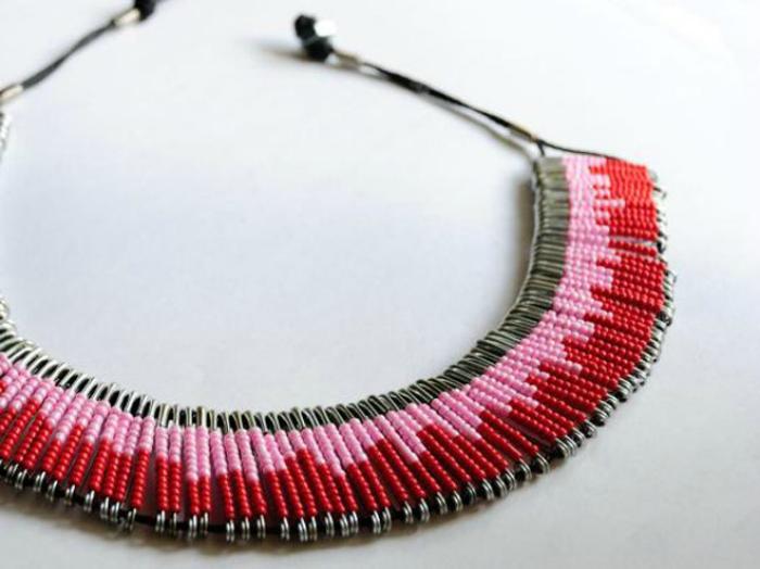 Ожерелье из бисера и булавок. Из английских булавок одинакового цвета и размера, бисера, двух прочны