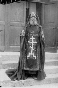 Схимник Коневского Рождественского монастыря у входа в часовню.