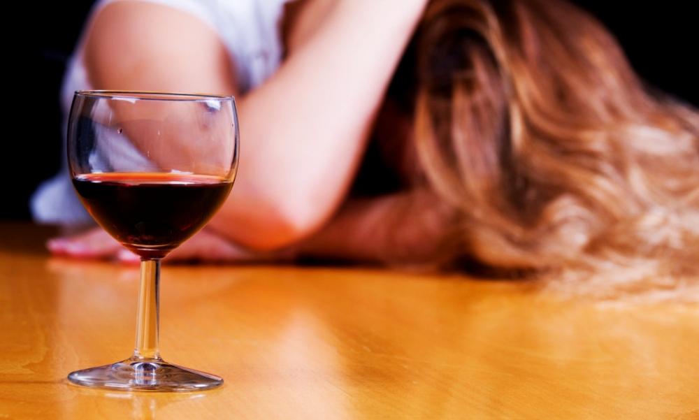 Ученые пояснили, почему спирт помогает снять напряжение