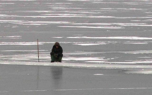 МЧС: Несколько человек дрейфуют нальдине воВладивостоке