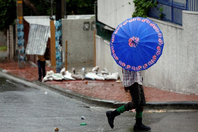 People walk down the street while Hurricane Matthew passes Port-au-Prince, Haiti October 4, 2016. (P