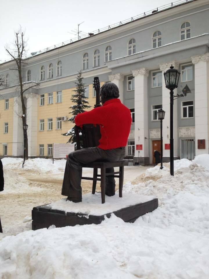 Воронежцы надели на памятник Высоцкому красный свитер