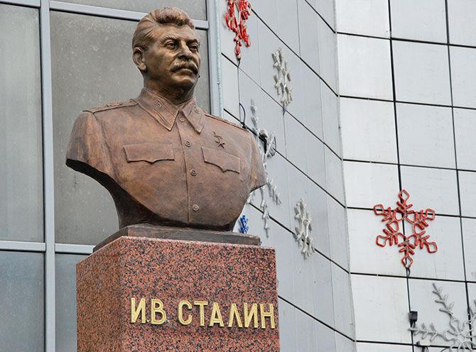 Бюст Сталину в Якутске. Открыт 8 мая 2013.jpg