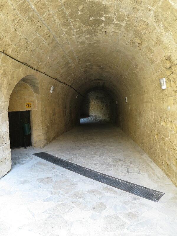 Кирения. Входной сводчатый коридор