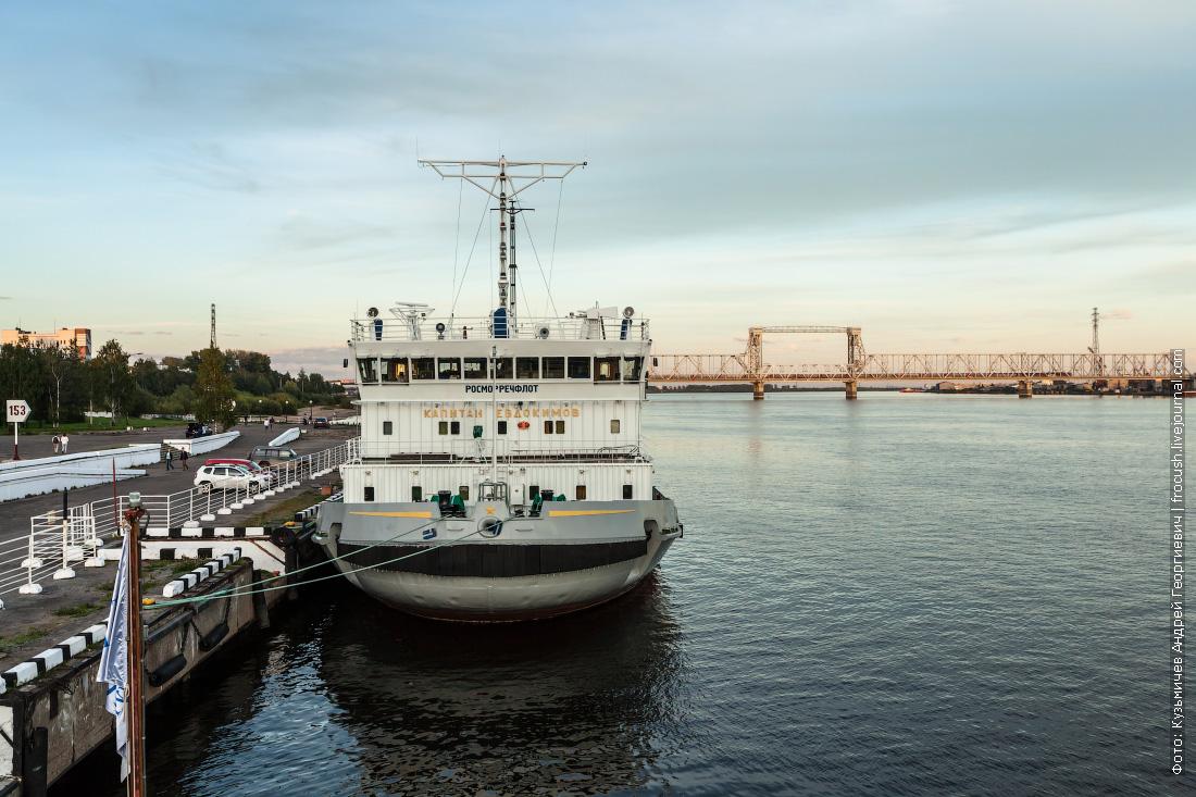 вечернее фото ледокол «Капитан Евдокимов» в речном-морском порту Архангельска