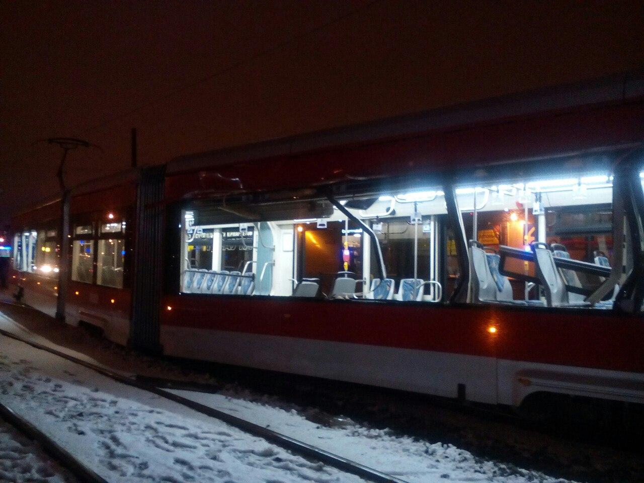 ВПетербурге самосвал протаранил трамвай, пострадал ребенок