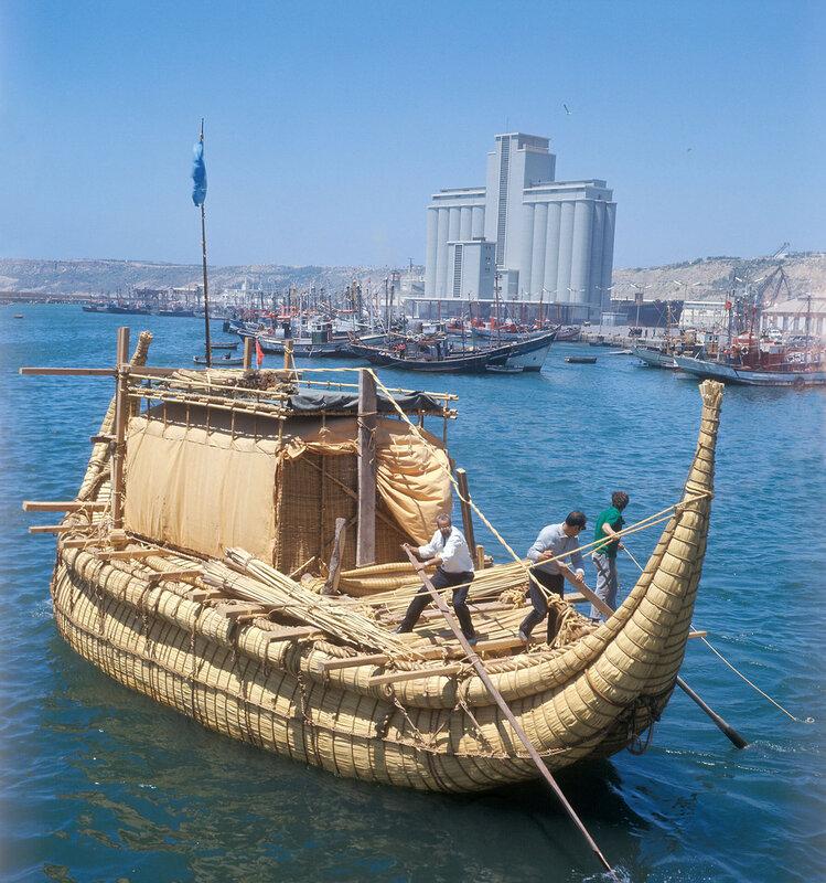1970 Экспедиционная папирусная лодка Ра-2 перед отправкой в плавание через Атлантический океан к берегам Центральной Америки из марокканского порта Сафи. Юрий Сенкевич.jpg
