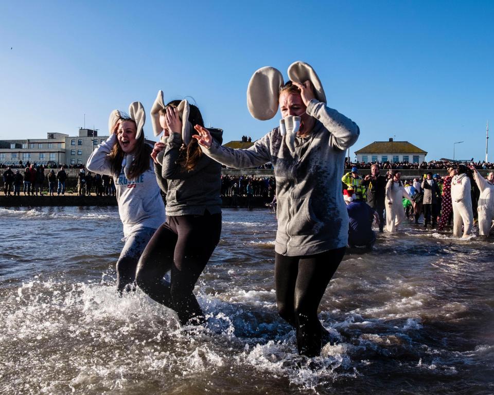 Тысячи британцев приняли участие в ежегодном благотворительном заплыве