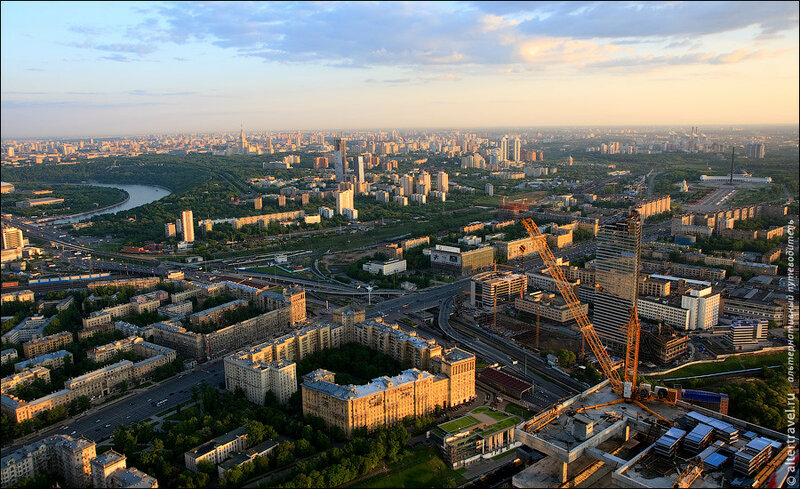 Вид на Юг. Внизу видна транспортная развязка Кутузовский проспект - ТТК. Справа в кадре попала часть башни Санкт-Петербург комплекса Город Столиц.