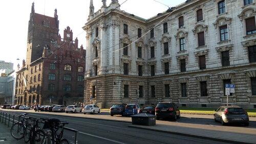 Недалеко от Карлсплац. Очень красивые старинные здания