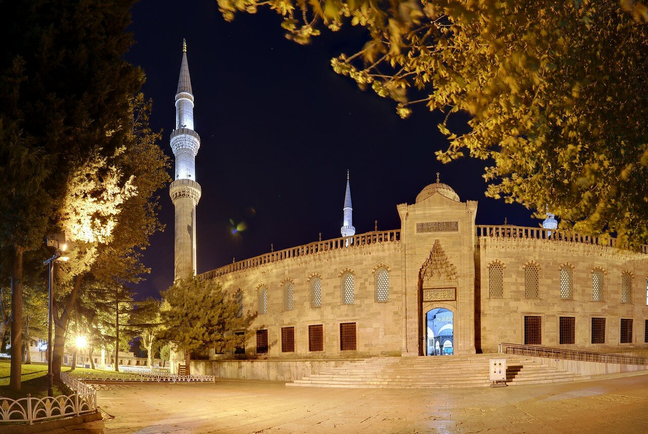 Ночной Стамбул. Главный портал мечети Султанахмет