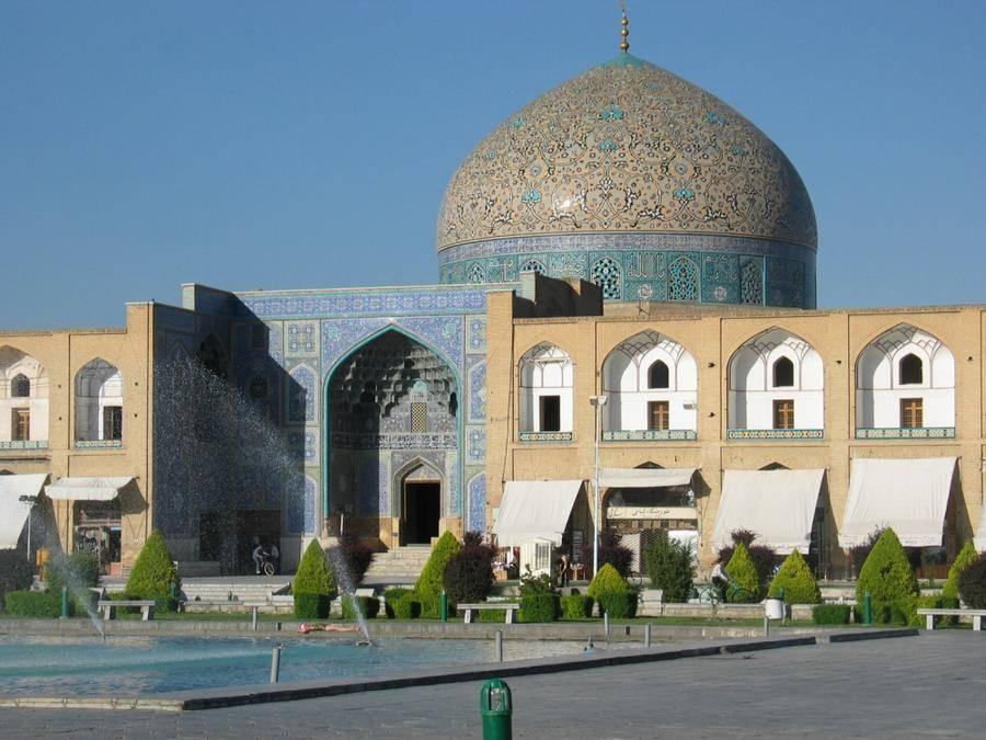 16. Выдающийся памятник персидской архитектуры эпохи Сефевидов. Мечеть строилась в течение 17 лет (1