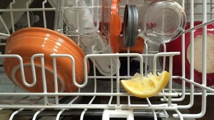 Автовоск для блеска поверхностей на кухне — это вообще что-то с чем-то! Этот продукт токсичен и ему