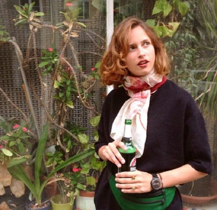 На каждом снимке Луиза что-то держит в руках...