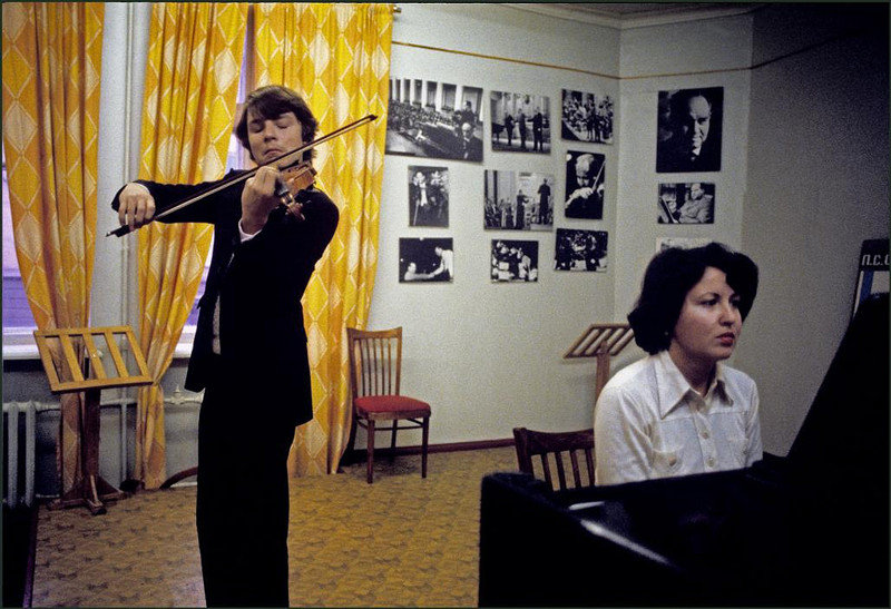 Один из учеников в музыкальной школе Столярского играет на скрипке под аккомпанемент фортепиано.