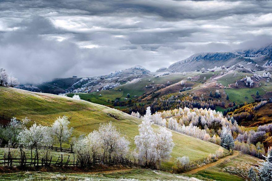 32. Где-то в горах. (Фото: Лаврентий Парашив)