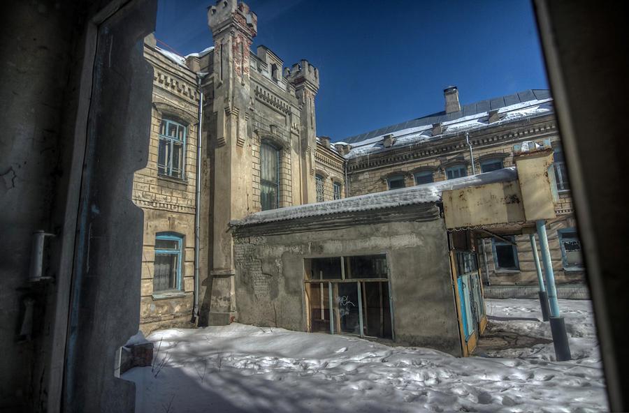 1. Роддом располагался в здании начала XX века, украшенном псевдоготическими башенками. Советская пр