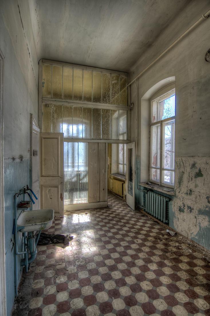 4. На раковине в коридоре не было даже смесителя.