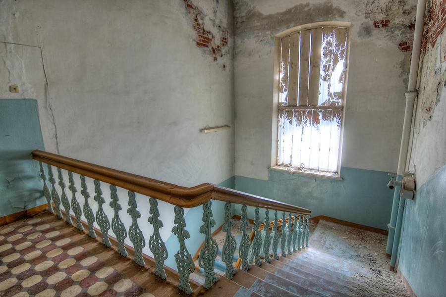 8. Этажи связывала лестница с чугунными перилами, в советское время густо замазанными краской.
