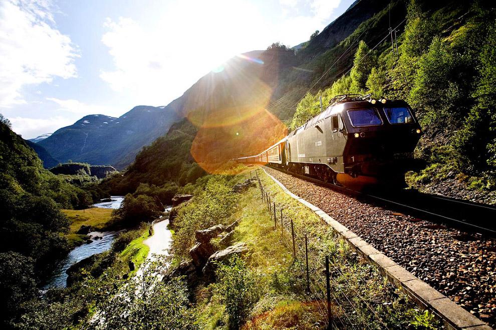 13. По пути поезд проходит 20 извилистых тоннелей, проложенных сквозь горы для выравнивания пер